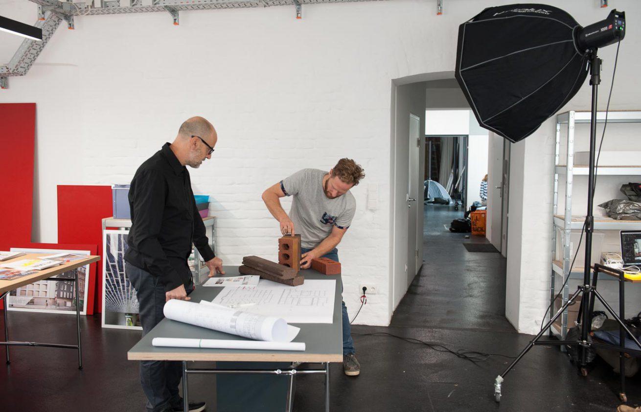 Behind the scenes - Uwe Strasser im Fotostudio arrangiert die Props