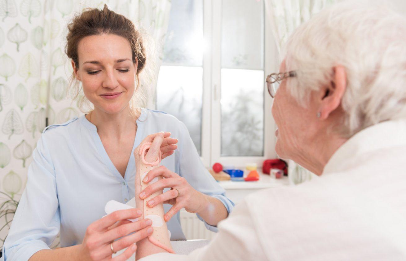 Ergotherapeutin mit älterer Dame