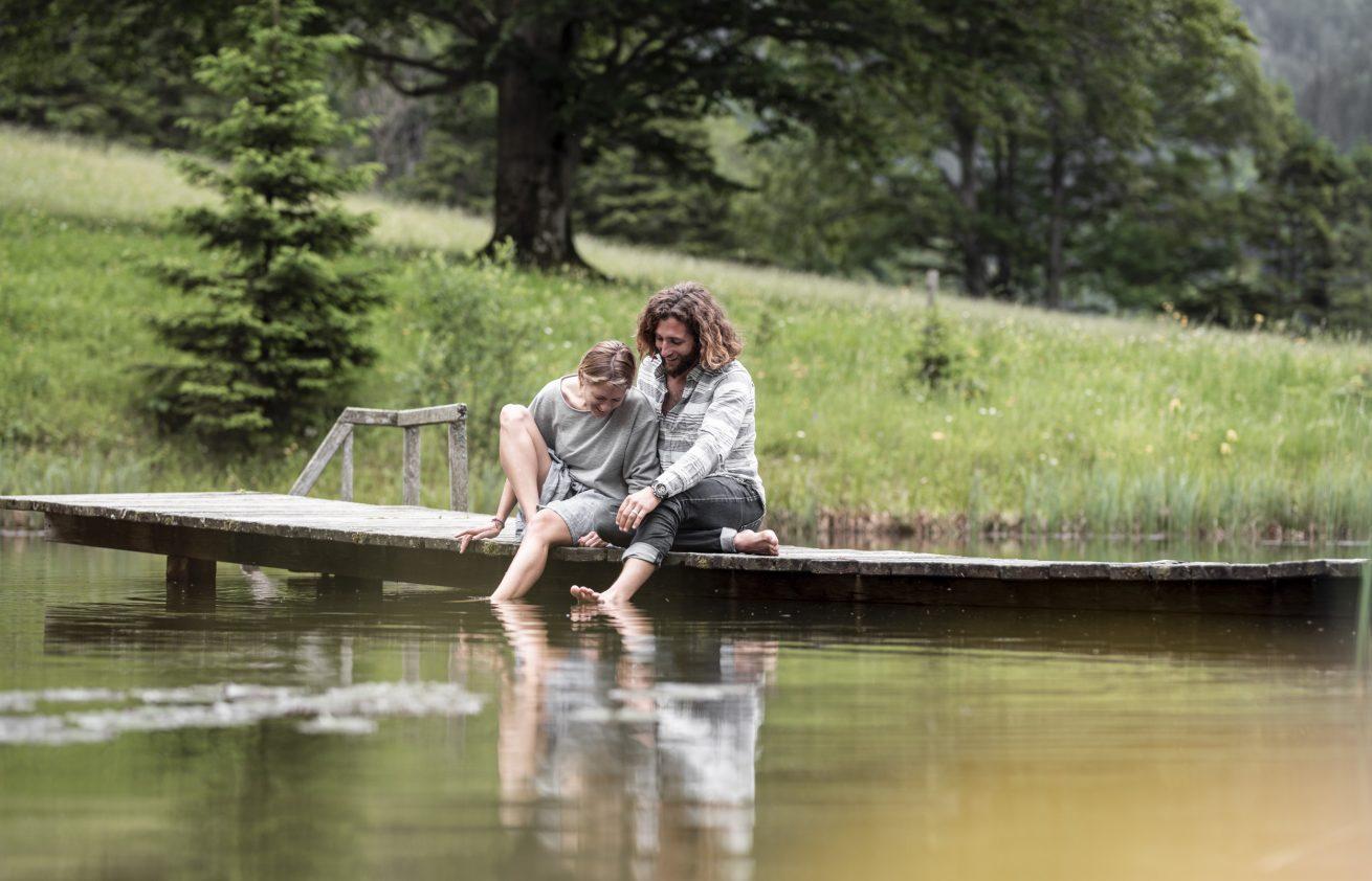 Ali and Kaspar sitting at the pond