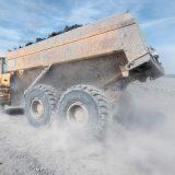 Lastwagen mit lehmhaltiger Erde