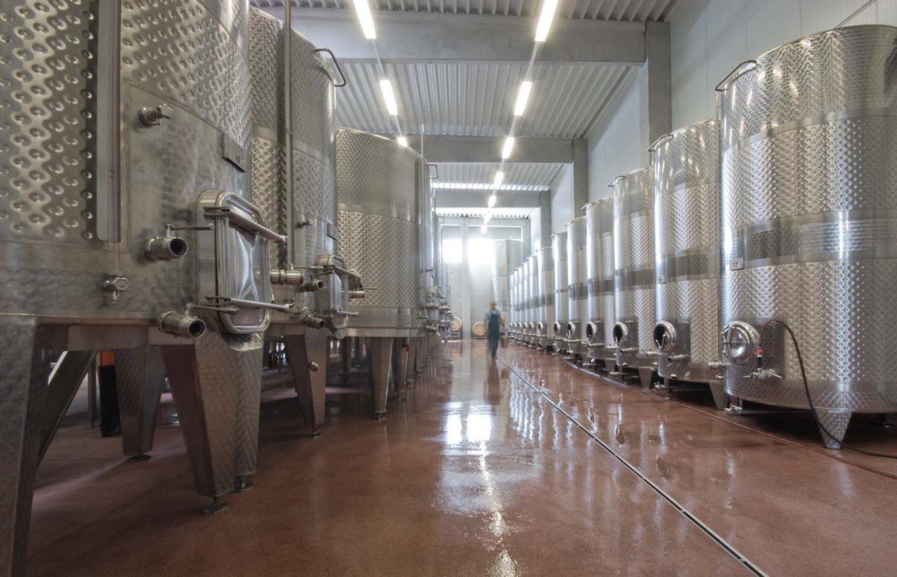 Gärtanks im Weingut Aumann
